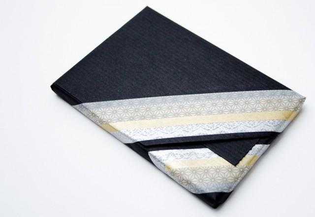 Paquet cadeau en papier kraft noir
