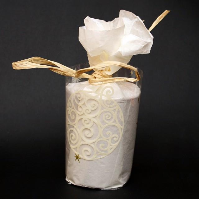Emballage cadeau en papier de soir et rafia