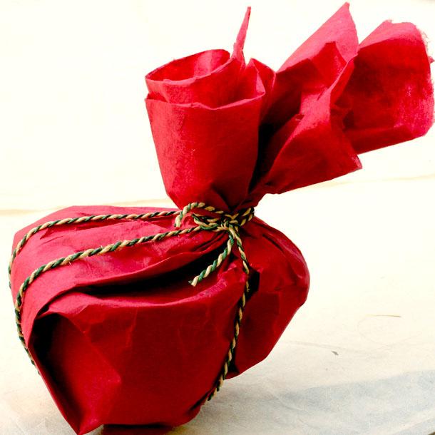 emballer une tasse papier lokta masking tape et papier cadeau. Black Bedroom Furniture Sets. Home Design Ideas