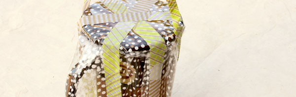 Emballer une tasse : transparence et masking tape