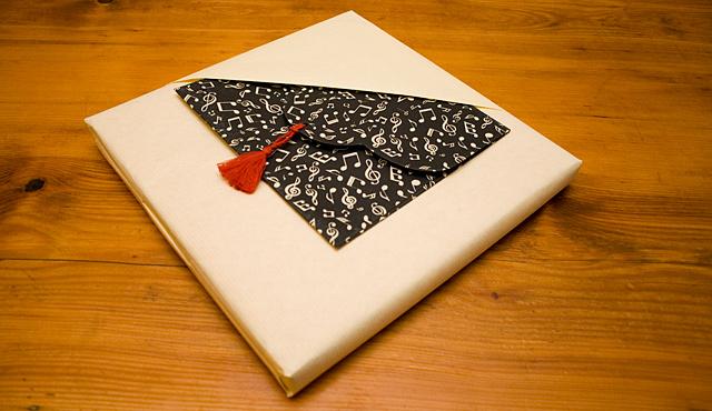 Paquet cadeau avec encoche pour une enveloppe