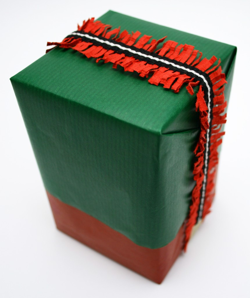 paquet cadeau avec du ruban papier tissé