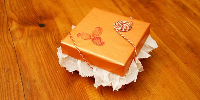 Paquet cadeau avec un cordon en chanvre