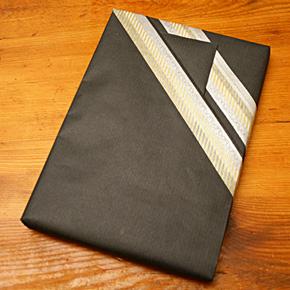 Emballage cadeau en masking tape et papier kraft