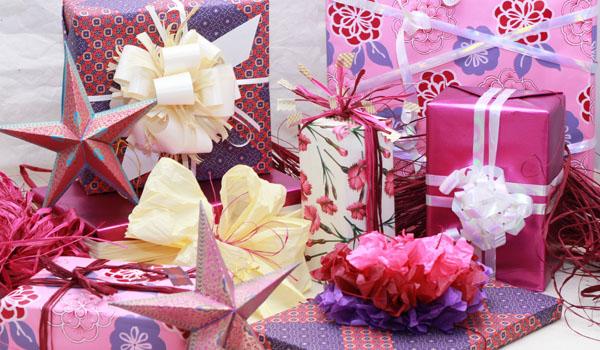 et pourquoi pas des cadeaux roses no l masking tape et papier cadeau. Black Bedroom Furniture Sets. Home Design Ideas